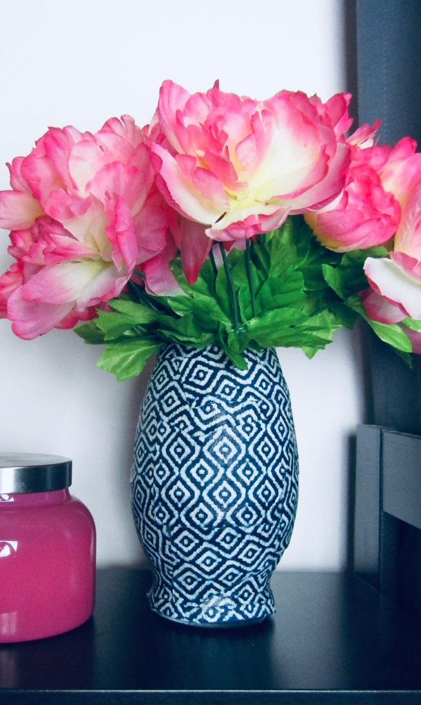 DIY Chinoiserie Geometric vase: How to make a Chinoiserie Vase. DIY trendy blue and white vase